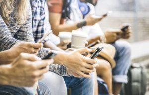 Mobiler på rad - foto: iStock/ViewApart